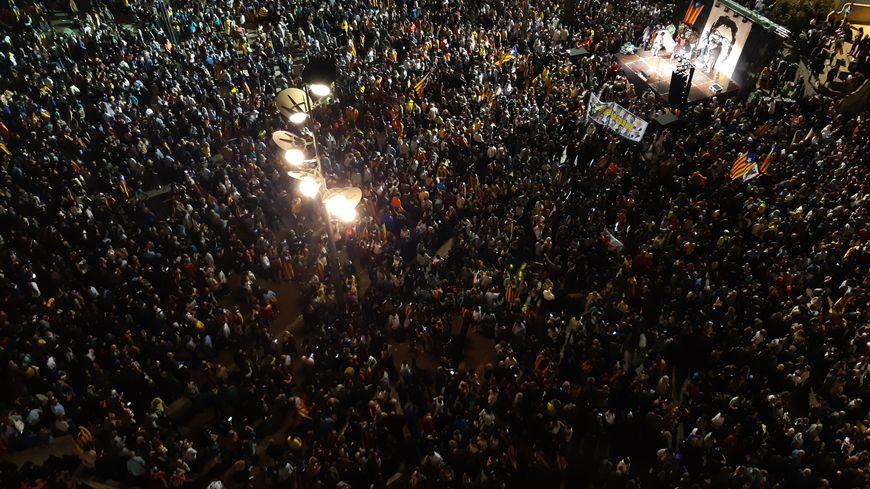 25 000 personnes rassemblées place du 1er octobre à Gérone lundi  soir