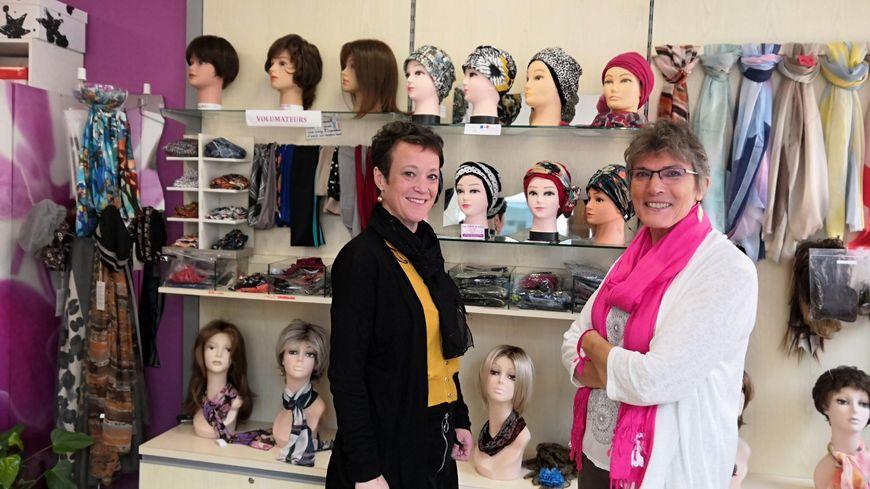 Viviane Leconte, la propriétaire de la boutique, et Karène Landre, une de ses clientes.