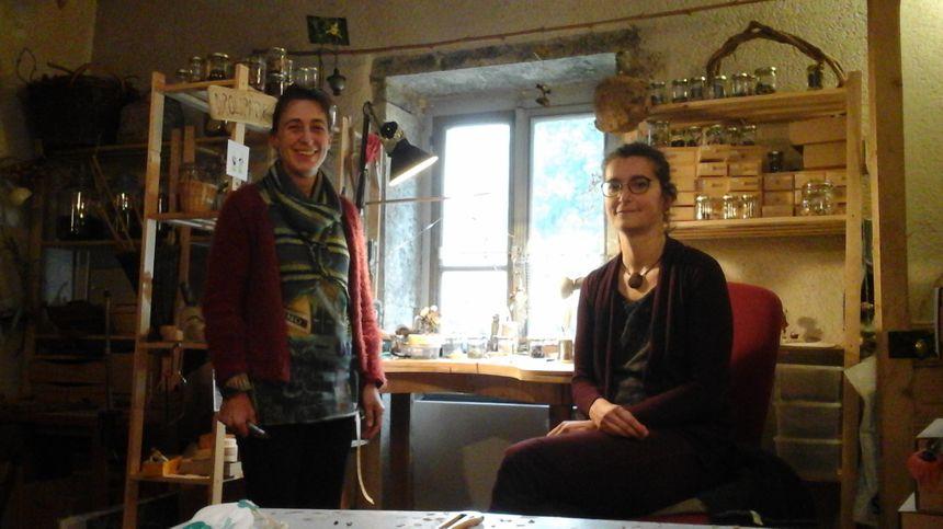 Marine Lormée (artiste céramiste) et Marie Meige (plasticienne créatrice de personnages végétaux) dans l'atelier de Marie, Les Drôlipathes