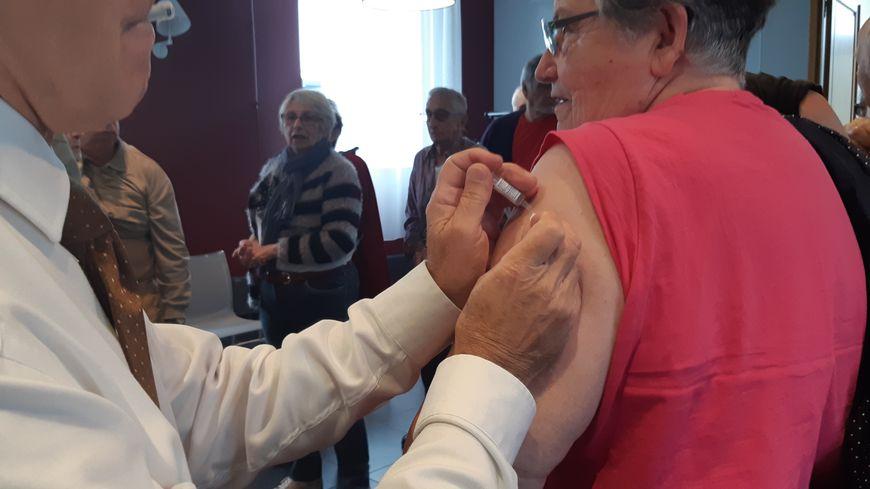 A Chaingy, c'est le maire, médécin, qui vaccine les aînés