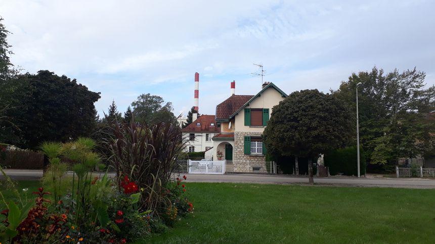 Autour de l'usine Solvay, à Tavaux, le quartier est résidentiel.