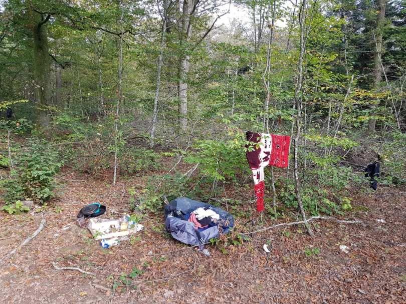 Exemple d'un campement sauvage avec du linge qui sèche et des ordures