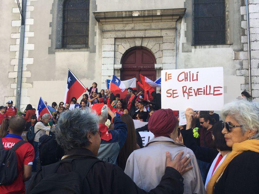 Des gilets jaunes et des syndicalistes se sont joints à la communauté chilienne de Grenoble pour manifester.