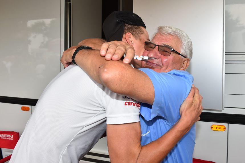 Mathieu Van der Poel tombe dans les bras de son grand-père sur le Tour du Limousin 2017 après avoir décroché la 3e place de l'étape
