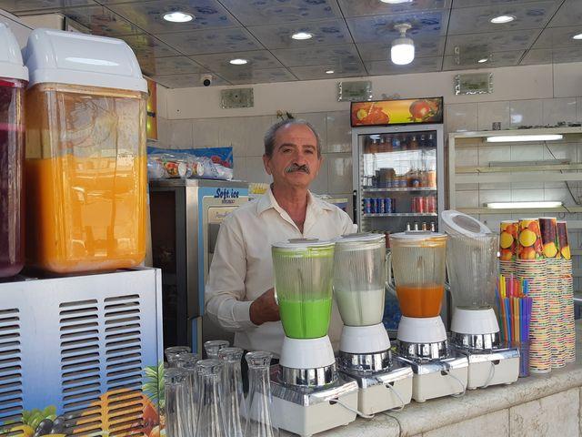 Janan Elias Youssef dans son magasin de glaces