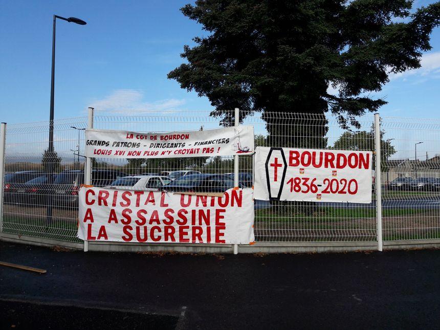 Les banderoles installées par le personnel à l'entrée de la sucrerie de Bourdon