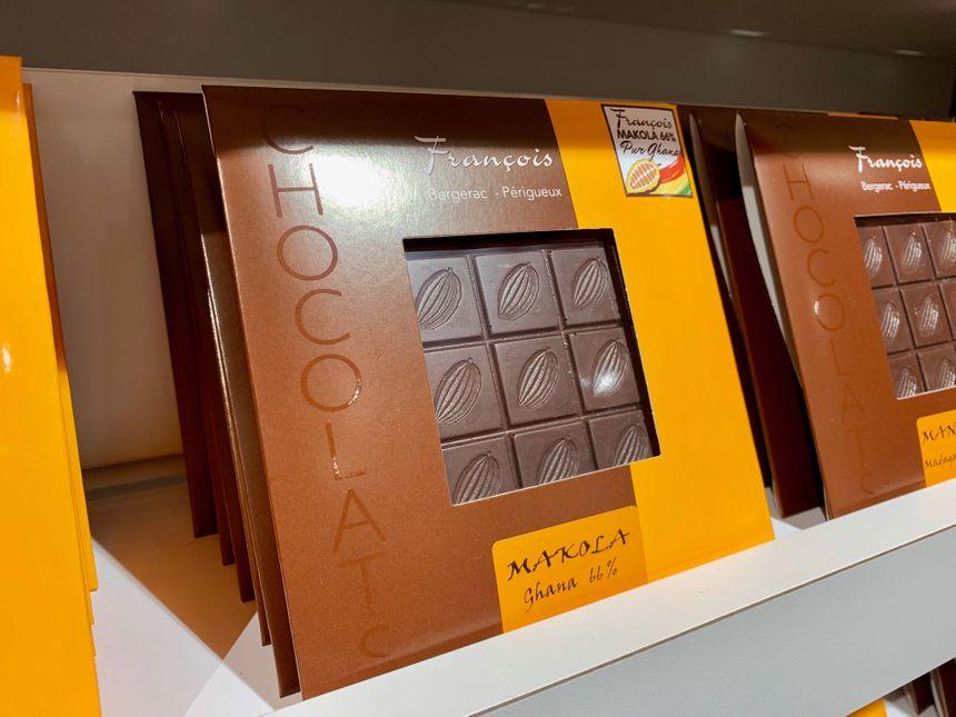 François Granger propose désormais un chocolat noir à 66% de cacao pur Ghana, dont il maîtrise la chaîne de fabrication de la fève à la tablette.