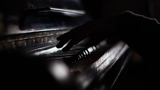 Mains sur un piano