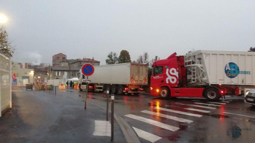 Une action de blocage filtrant à l'entrée de la sucrerie de Bourdon à Aulnat