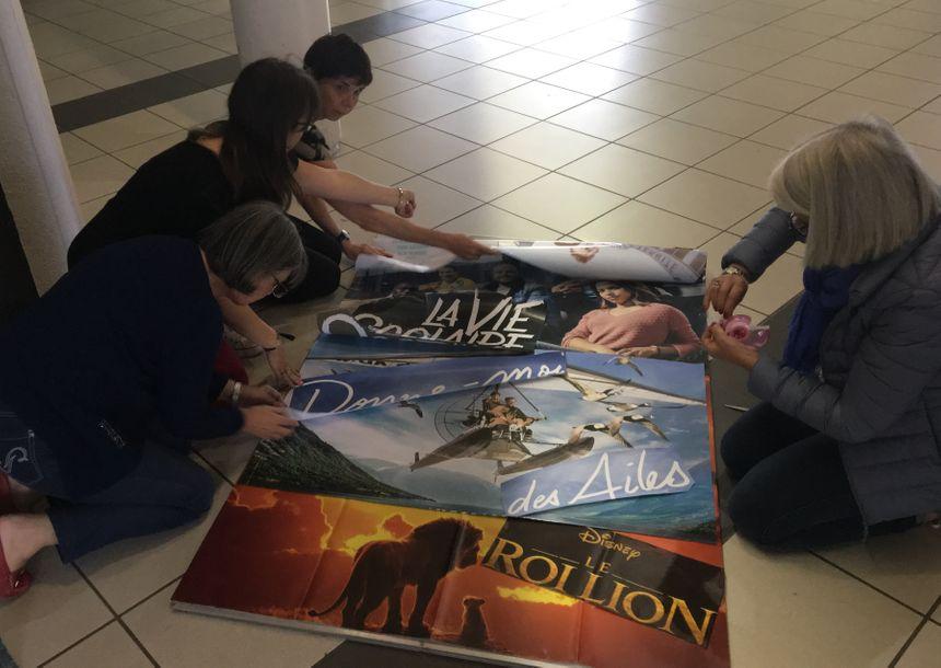 Après la formation régie, les bénévoles s'attellent au collage d'affiches des films programmés