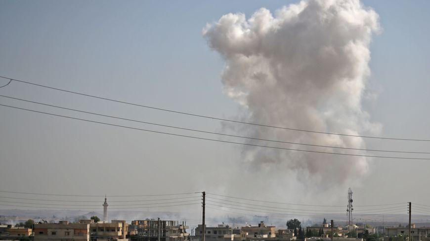 La fumée au-dessus de Tal Abyad, une ville sur la frontière syrienne, près des combats entre les Kurdes et l'armée turque.
