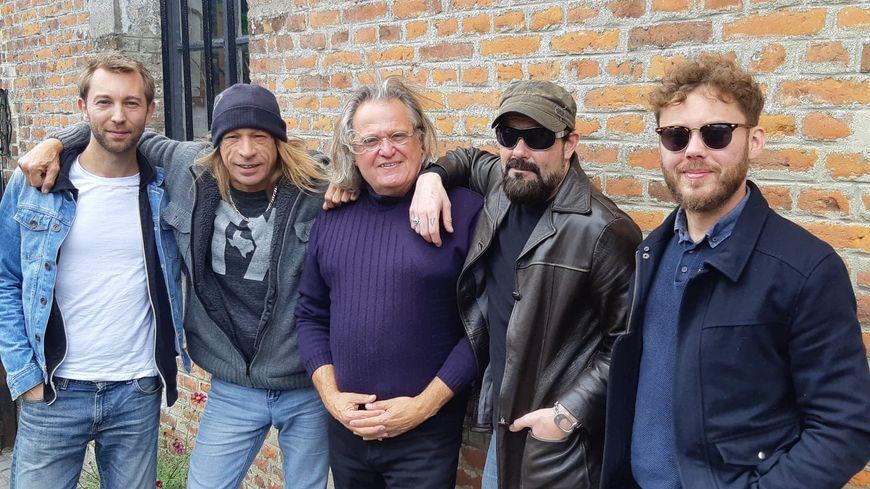Zak Perry (2°à gauche) avec Julien, Guillaume et Vern ses musiciens et son agent Fabrice