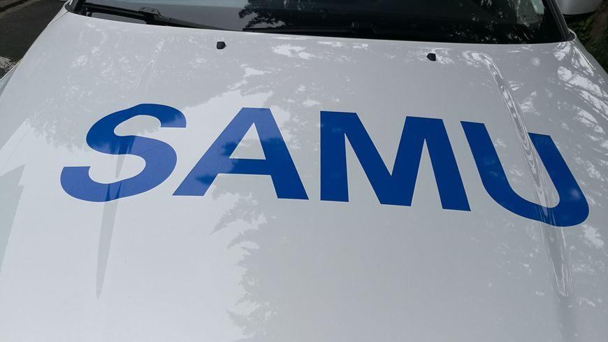 Sigle du SAMU sur le capot d'un véhicule d'urgence. (Illustration)