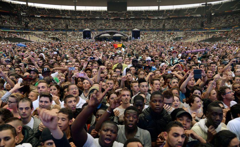 Un bout du public, lors du concert Urban Peace, au Stade de France, avec les grands noms du rap et du hip-hop français : IAM, Sexion d'Assaut, Orelsan, La Fouine ... étaient là (Paris, 28/09/2013)