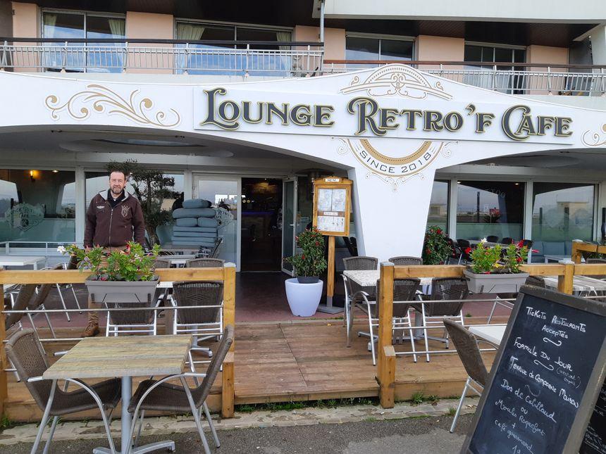 Le Lounge Retro'F Café, où France Bleu Nord installe ses micros, au plus près du Dragon de Calais.