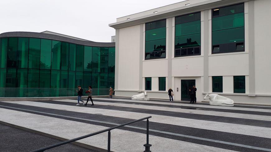 L'esplanade et la nouvelle entrée des deux bâtiments