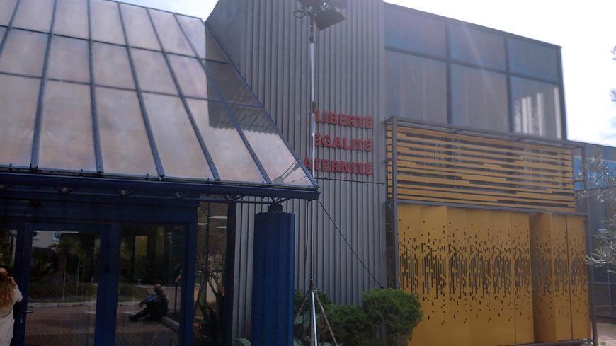 La façade du commissariat de la série, installé dans les studios à l'entrée de la ville