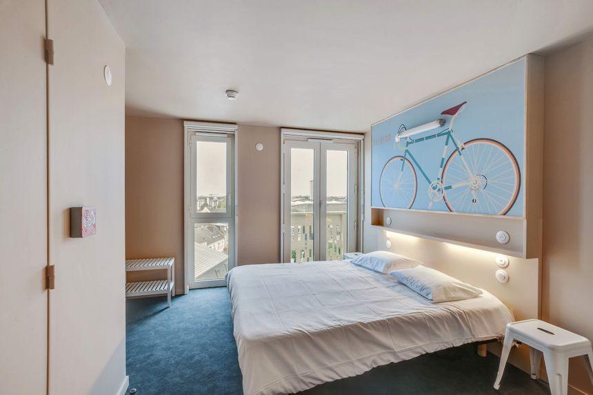 Des chambres partagées, familiales, ou pour personne seule décorées sur le thème du vélo