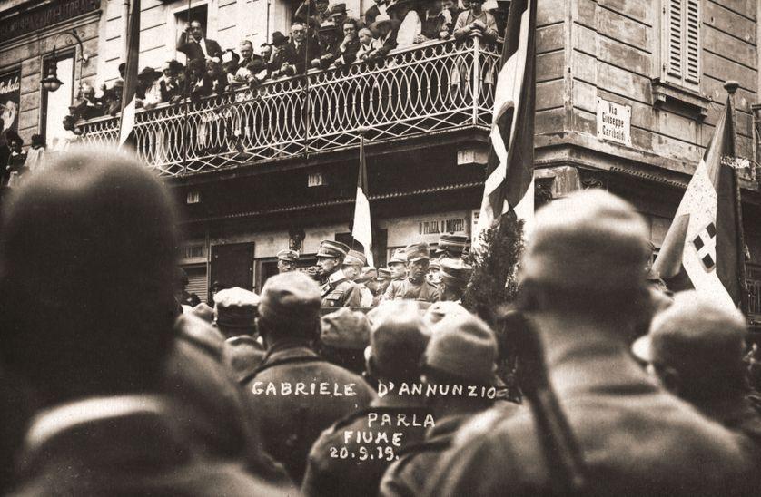 D'Annunzio (au pied du balcon), à Fiume une semaine après son arrivée