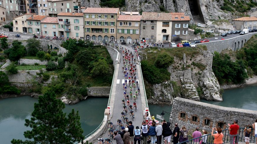 Passage du peloton du Tour de France à Sisteron en 2014