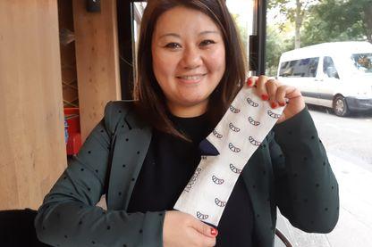 Mouyan Wong avec sa chaussette motif croissant