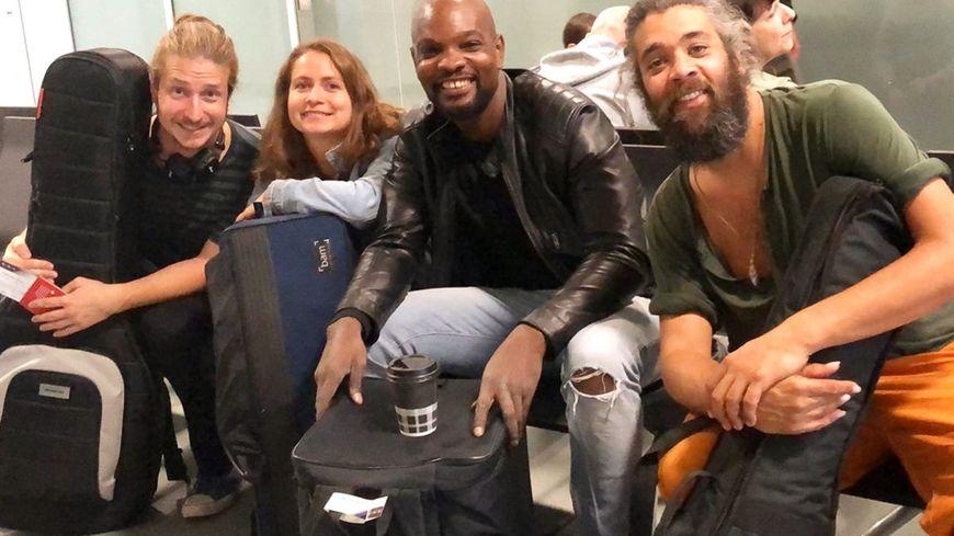 Le groupe NALU a offert un concert privé aux passagers de l'avion bloqué sur le tarmac.