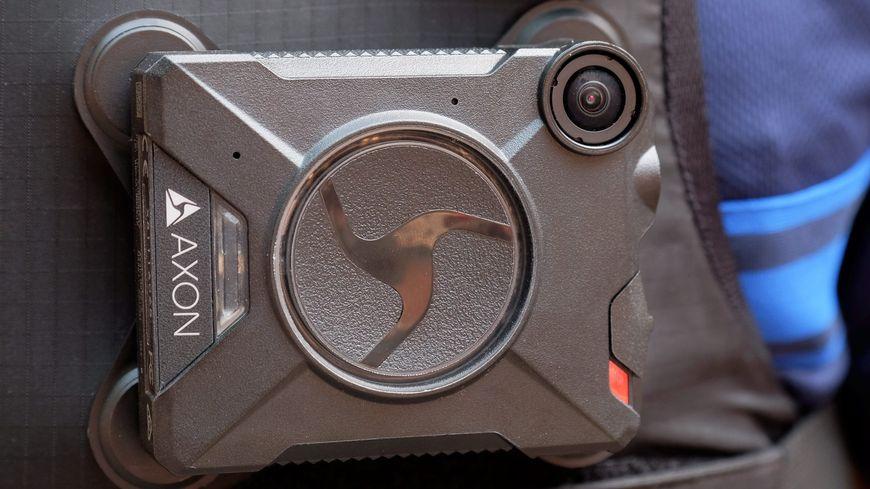 Un exemple de caméra piéton portée par les vérificateurs de Fil Bleu