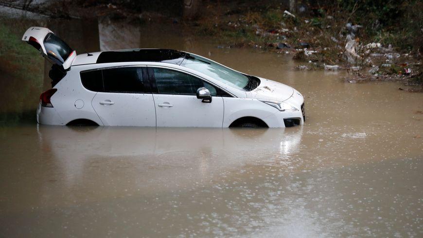 De nombreuses voitures ont été prises au piège lors de ces inondations dans le sud-est