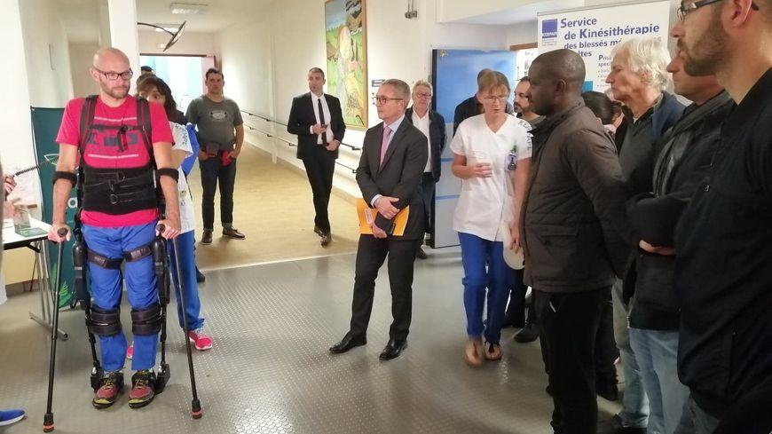 Des soignants du centre de soins de Kerpape font la démonstration d'un exo-squelette qui permet aux patients de gagner en mobilité