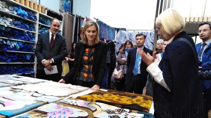 La secrétaire d'Etat Agnès Pannier-Runacher découvre le savoir-faire des lissiers Aubussonais