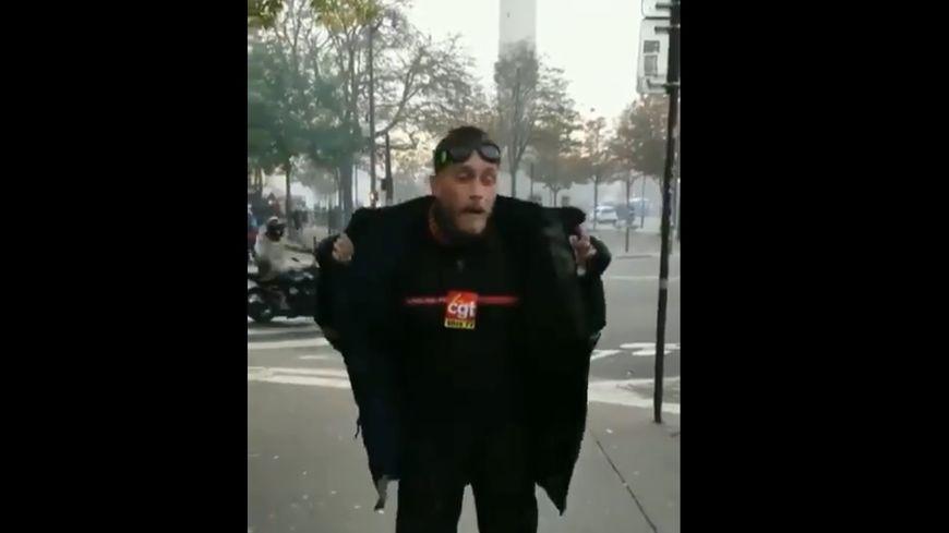 """Un homme se présentant comme pompier affirme avoir été blessé par un tir """"à bout portant"""" de la part d'un """"CRS"""", lors de la manifestation des soldats du feu, le 15 octobre 2019 à Paris."""