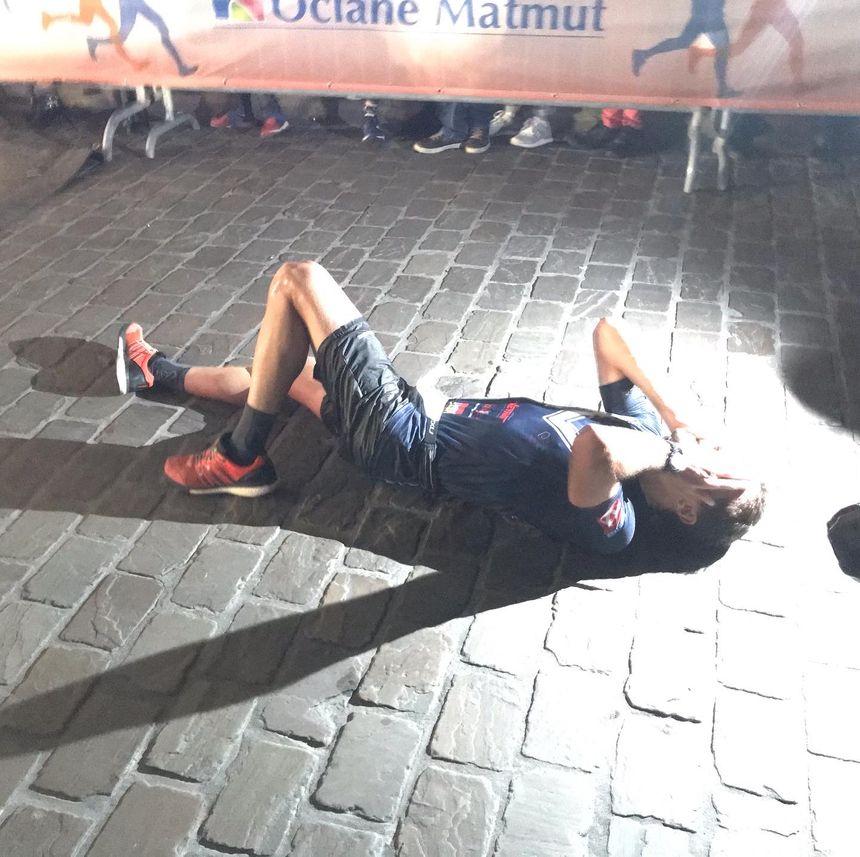 Quelques mètres après l'arrivée, un marathonien s'écroule, à bout de forces.
