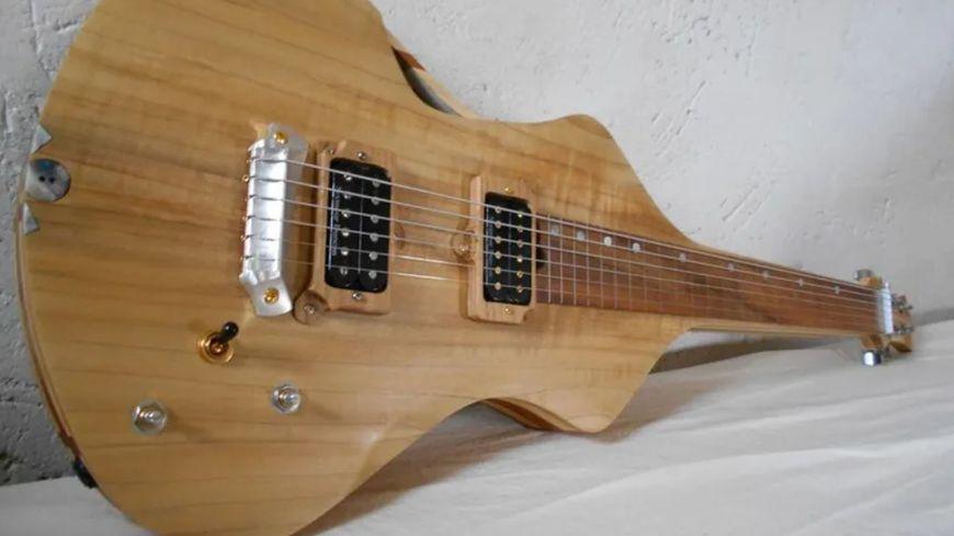 Une création du facteur de guitares de l'Atelier Du Bois Recyclé