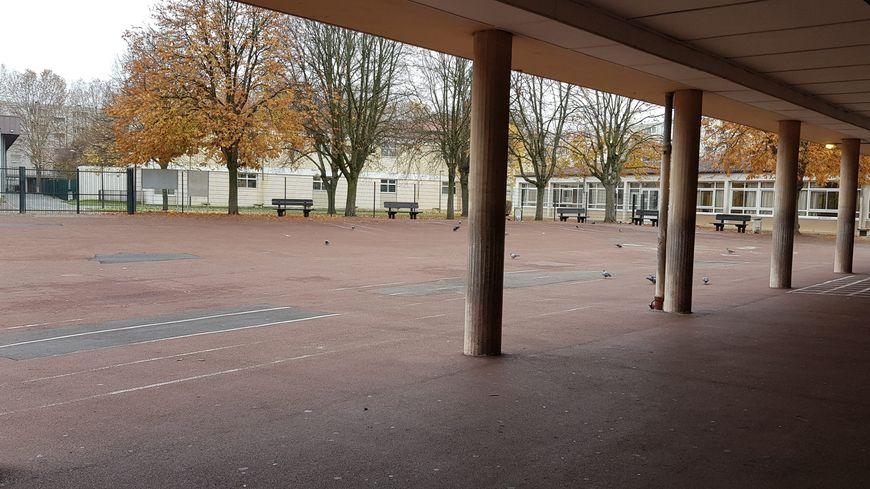 Un enfant de deux ans et demi oublié dans la cour de l'école de Saint-Benoît, près de Poitiers, ses parents choqués