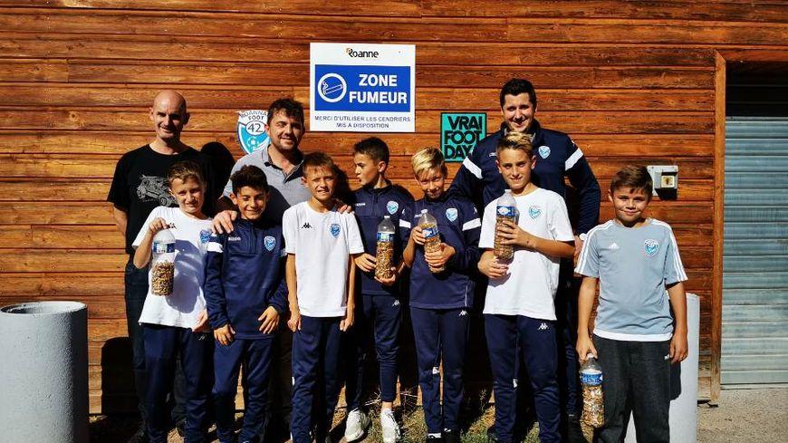 Les jeunes joueurs du Roannais Foot 42 ont remplis 5 bouteilles de mégots