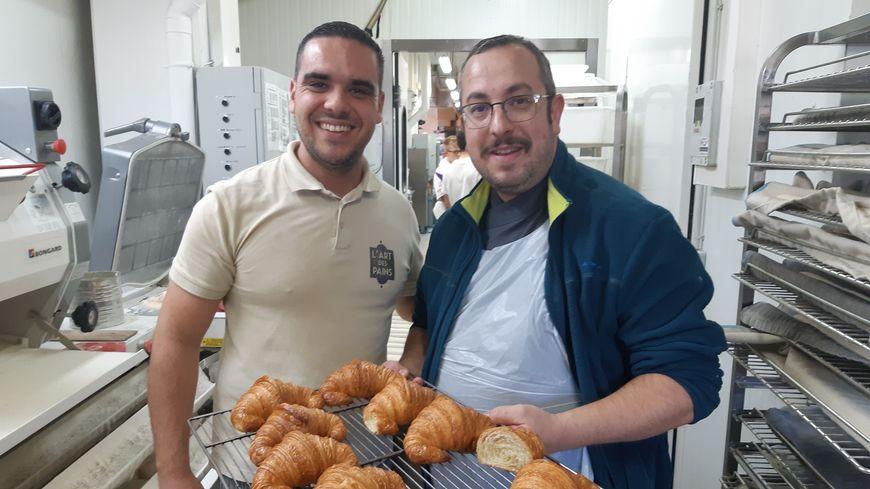 Fabien Mazette en compagnie d'Arnaud , un de ses collaborateurs dans la boulangerie de l'Isle-sur-la-Sorgue avec une fournée de croissants au beurre © Radio France - JM Le Ray