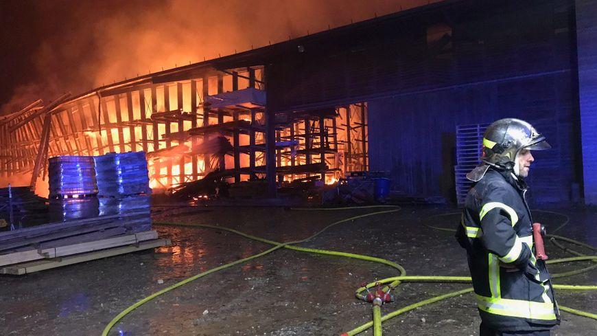 plus de 70 pompiers mobilisés sur l'incendie de la scierie de Chabeuil