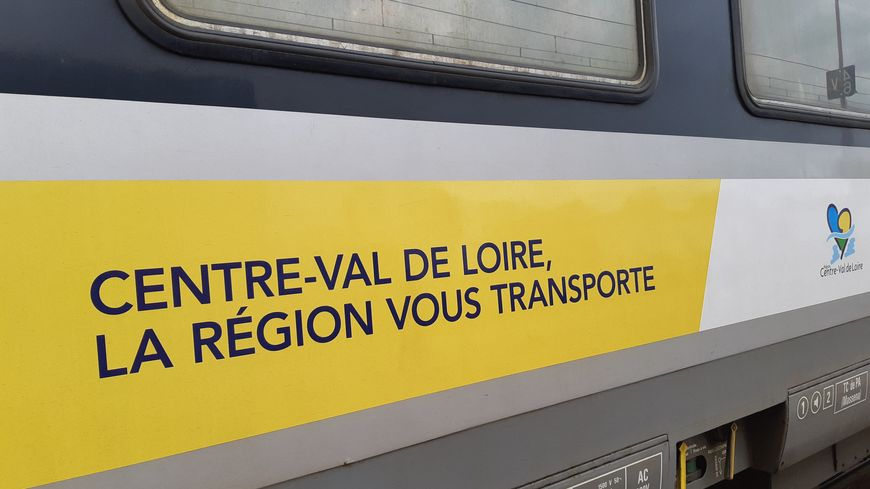 Un train régional Paris-Orléans à la gare des Aubrais