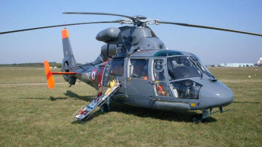 Vue d'un hélicoptère Dauphin de la Marine nationale à terre, prévu pour les sauvetages en mer.