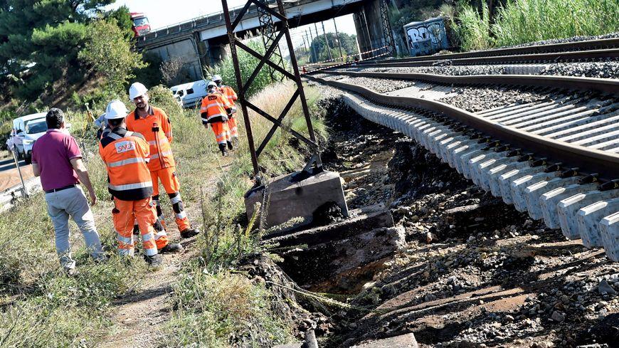 La SNCF avait avancé la date du 4 novembre pour le retour des trains entre Sète et Béziers. Finalement ce sera fin novembre (exemple de dégât à Villeneuve-les-Béziers