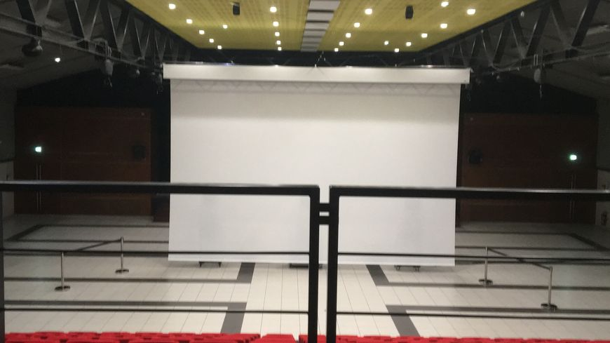 L'association a elle-même installé une salle de cinéma démontable avec une tribune de 166 places dans la salle des fêtes de la commune