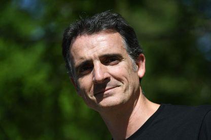 """Eric Piolle, maire de Grenoble, (Europe Écologie Les Verts) et auteur de """"Grandir ensemble: les villes réveillent l'espoir"""" (Les liens qui libèrent)."""