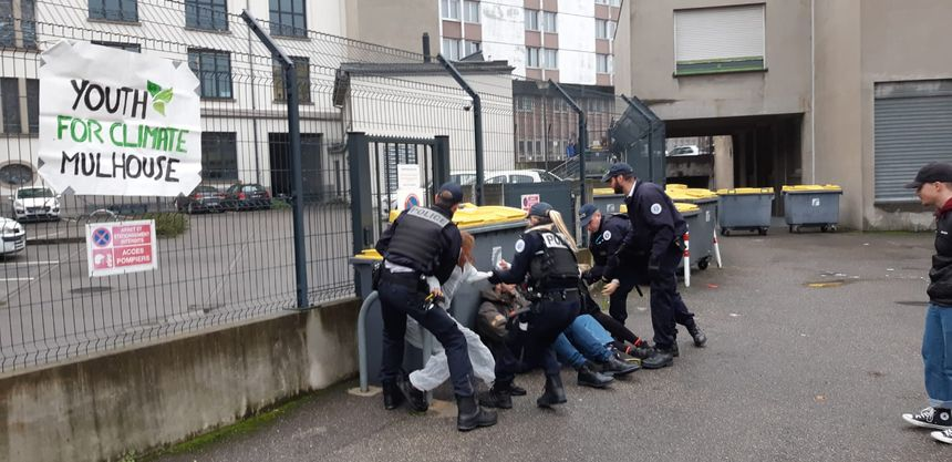 La police venue déloger les militants écologistes devant la sous-préfecture de Mulhouse.