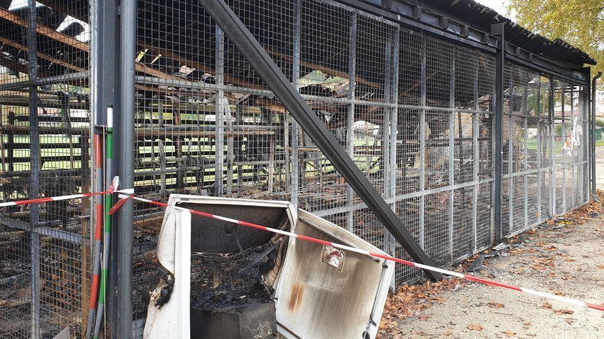 Paysage de désolation sur les bords de la Dronne. Les bâtiments de stockage du club sont partis en fumée, avec une centaine de kayaks, 350 gilets de sauvetage et autant de pagaie. L'origine du sinistre serait électrique.