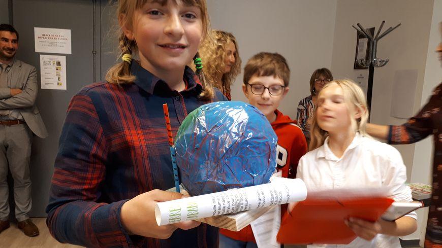 Des élèves de l'école primaire d'Arnac Pompadour sont venus avec leur enseignante chercher leur trophée