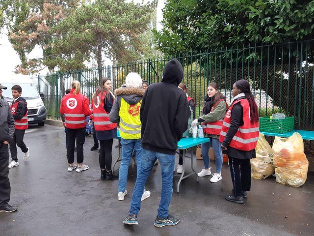Distribution de petits-déjeuners aux migrants par l'Armée du Salut, porte de la Chapelle, à Paris