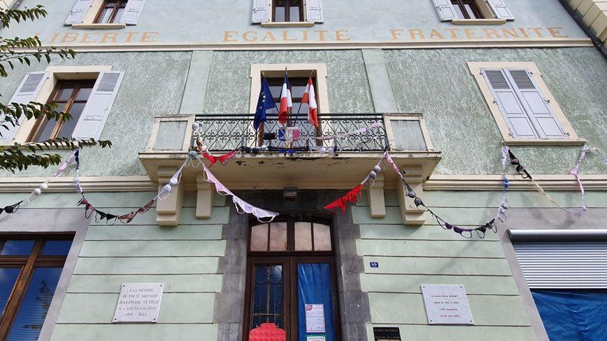 Plus de 150 soutiens-gorges ont été accrochés au fronton de la mairie.