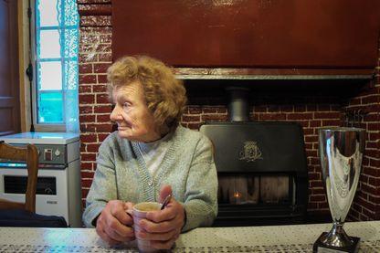 Yvonne Abgrall, 95 ans, avec la coupe la récompensant pour l'excellence de son beurre fermier.