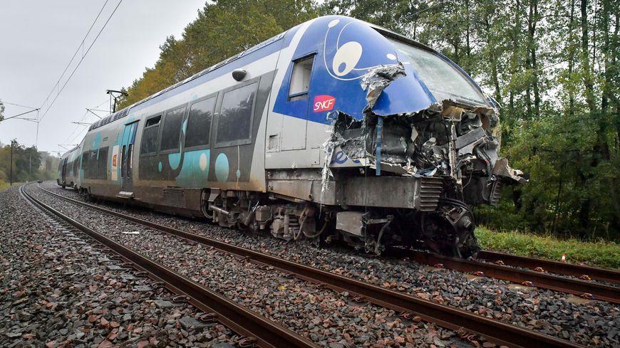 La cabine du TER qui a percuté un convoi exceptionnel à Saint-Pierre-sur-Vence (Ardennes), mercredi 16 octobre, a été fortement endommagée par la collision.