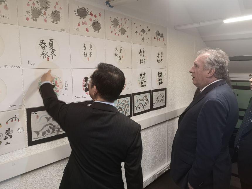 François Bayrou et l'ambassadeur de Chine en France, Lu Shaye ont visité les locaux de l'institut.